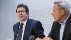 SVP-Parteipräsident Albert Rösti (links) und SVP-Nationalrat Adrian Amstutz an einer Medienkonferenz zu Staus, Schikanen und höheren Abgaben im Strassenverkehr, am, 3. Mai in Bern.
