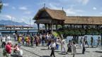 Touristen und Touristinnen vor der Kapellbrücke in Luzern.