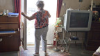 Symbolbild. Eine ältere Frau in ihrer Wohnung.