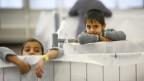 Symbolbild. Zwei Flüchtlingskinder in einem Sammellager.