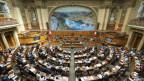 Blick von der Zuschauertribüne auf den Nationalratssaal im Bundeshaus Bern.