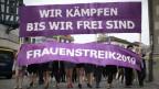 Frauen tragen ein Transparent, an einer Kundgebung zum nationalen Frauenstreik, am Freitag, 14. Juni 2019, in St. Gallen.
