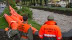 Zivilschützer bauen Hochwasserschutzdämme bei Hochwassergefahr.