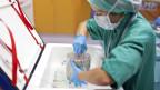 Die Box mit dem Spenderherz wird im Operationssaal des Kinderspitals Zürich aus der Kühltruhe genommen.
