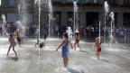 Die grösste Freilicht-Dusche der Schweiz. Kinder spielen im Wasserspiel auf dem Bundesplatz.