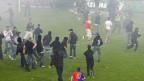 Hooligans auf einem Fussball.