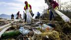 Plastikabfall an einem Seeufer.