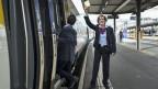 Die SBB-Zugbegleiterin Priska Protmann vor dem InterCity-Zug von Zürich nach Genf. Symbolbild.
