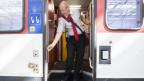 Stefan Spoerri, Chef Kundenbegleitung SBB, zeigt seinen Ablauf bei der Türschliessung anlässlich eines Point de Presse zur Sicherheit von Zugtüren nach einem tödlichem Unfall eines SBB-Zugbegleiters.