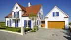 Einfamilienhaus mit Garten und Garage. Symbolbild.