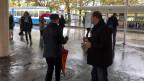 SVP-Kandidat Mauro Tuena: Bei strömendem Regen verteilt der Zürcher Nationalrat Papiertaschentücher mit seinem Konterfei drauf.