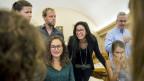 Die neue Ständerätin Céline Vara (Bildmitte) der Grünen von Neuenburg freut sich zusammen mit anderen Mitgliedern der Grünen Neuenburg über ihren Wahlsieg.