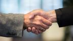 Symbolbild. Freundschaftliches Händeschütteln unter Männern.