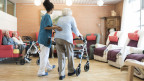 Alte Menschen werden in einem Pflegeheim betreut.