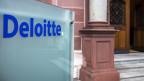 Das Logo vom Consulting Unternehmen Deloitte AG, bei der Geschäftsstelle in Zürich.