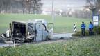 Nach einem Überfall: Verkohlter Geldtransporter am Ortsausgang in Daillens, Kanton Waadt.