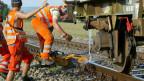 SBB-Arbeiter bringen mit kühlem Wasser ausgedehnte Schienen wieder in die Normalspur. Archivbild.