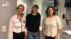 Dora Andres, Isabell Pfaff und Michelle Beyeler stehen im Studio von Radio SRF4 News.