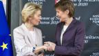Die Bundespräsidentin Simonetta Sommaruga (re.) begrüsst Ursula von der Leyen (li.), Präsidentin der Europäischen Kommission.