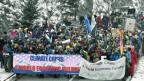 Teilnehmer und Teilnehmerinnen der Winterwanderung «Strike WEF» in der Klus, dem schluchtartigen Eingang zum Prättigau.