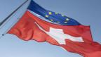 Symbolbild. Die Fahnen der EU und der Schweiz.