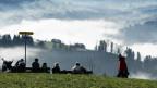 Personen geniessen in Aeschiried, oberhalb von Spiez, die Aussicht in das Kandertal. Aufnahmen von Ende Dezember 2019.