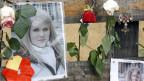 Kerzen, Blumen und Briefe zum Gedenken an Lucie Trezzini, vor dem Haus, in dem sie am 14.3.2009 umgebracht wurde.