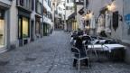 Das Bild zeigt den Zürcher Wirt Jorge, der nach Bekanntgabe des Notstandes durch den Bundesrat die Gartenmöbel seines Restaurants einkellert.