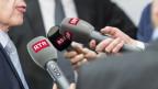 Auf dem Bild sind Mikrofone der verschiedenen SRG-Ketten zu sehen.
