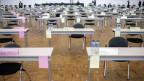 Blick auf die leeren Tische des Zürcher Kantonsrates, der wegen der Corona-Krise der in der Messe in Zürich tagt.