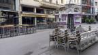 Symobild. Vor einem wegen dem Coronavirus geschlossenen Restaurant stapeln sich die Stühle.
