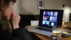 Das Bild zeigt verschiedenen Personen bei einem Apéro via Skype.