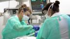 Behandlung eines Patienten mit COVID-19 auf der Intensivstation des Universitätsspitals (CHUV).
