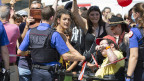 Polizisten mit Absperrbändern bei einer Demonstration gegen den Coronavirus Lockdown.