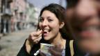 Das Bild zeigt eine lachende Frau in Locarno.