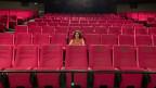 Die Kino-Betreiberin Edna Epelbaum im grossen Saal des Kino Rex in Biel.
