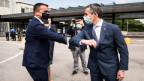 Cassis begrüsst den italienischen Aussenminister di Maio mit Ellenbogen und Mundschutz.
