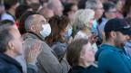 Zuschauer und Zuschauerinnen mit Gesichtsmaske am Musikfestival «Fete de la Musique» in Lausanne. Um eine zweite Welle von Covid-19-Infektionen zu verhindern, findet das Konzert mit maximal 300 Zuschauern statt.