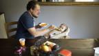 Ein Vater kümmert sich um sein Kind. Symbolbild.