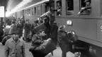 Italienische Gastarbeiter verlassen Zürich und kehren für die Festtage nach Italien zurück; aufgenommen am 12. Dezember 1964.
