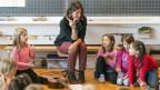 Lehrerin lernt Erstklässlern Rechnen.