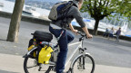 E-Bike-Fahrer auf einer Strasse in Zürich.