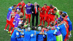 Ottmar Hitzfeld (Mitte) und sein Schweizer Nati-Team, in der Pause vor der Verlängerung im Achtelfinalspiel gegen Argentinien.