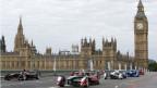 Auf dem Bild sind Elektro-Rennautos auf einem Stadtparcour in London zu sehen.