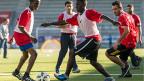 Mehrere Fussballklubs engagieren sich mit besonderen Aktivitäten für die jungen Flüchtlinge. Bild: Der FC Thun bei einem Training mit Flüchtlingen.