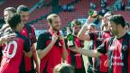 Die Mannschaft von Neuchâtel Xamax feiert am 10. Mai mit Champagner ihren Wiederaufstieg in die Champions League. Bescheidenheit ist die neue Devise bei Xamax. Zuerst gehe es nun darum, den Klub in der Challenge-League zu etablieren.