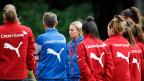 In der Schweiz können die Spielerinnen vom Fussball nicht leben, viele arbeiten 100 Prozent neben Fussball-Training und Spielen. In Deutschland dagegen haben viele Schweizerinnen Profi-Status. Bild: Schweizer Frauen-Nati beim Training. Im Zentrum die deutsche Trainerin Martina Voss-Tecklenburg.