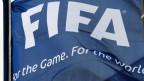 Die Fifa-Fahne im Gegenwind.