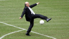 Fifa-Präsident Sepp Blatter am 9. Juni 2005 beim Countdown-Event in München am Ball - ein Jahr vor der WM.