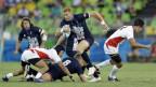 Die Rugby-Mannschaften von Grossbritannien und Japan spielen gegeneinander, Spieler halten sich gegenseitig fest, einer hat den Ball im Arm (9. August 2016).